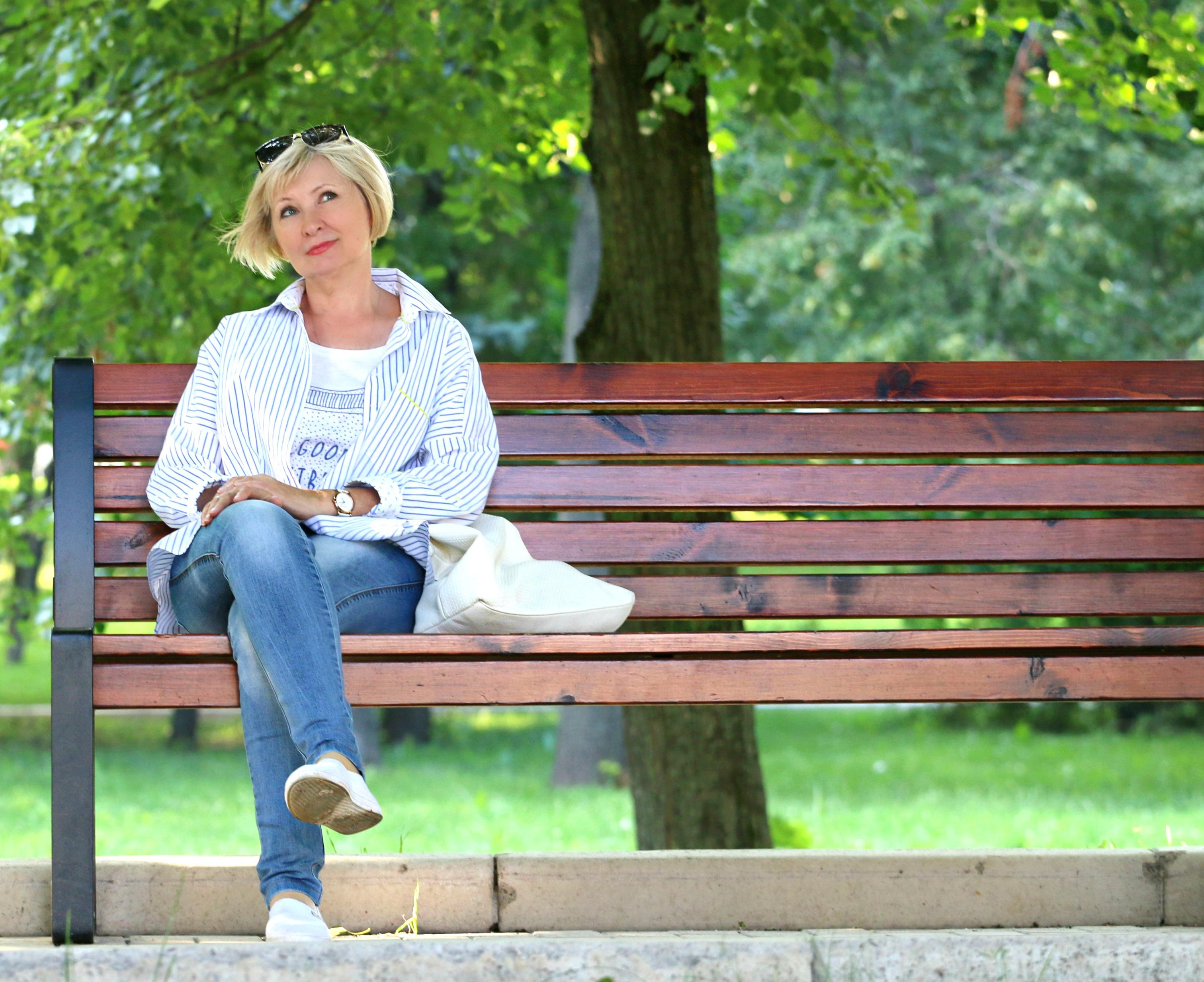 Frau auf Parkbank nachdenklich